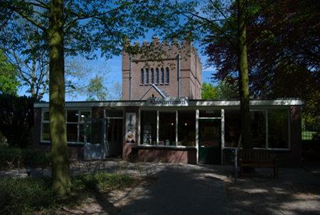 Luostarinurkkaus, taustalla pääportti